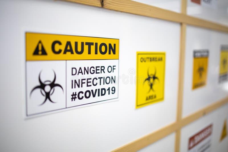 Vorsicht bei Covid19 auf dem Gebiet der Coronavirus-Infektion stockbild