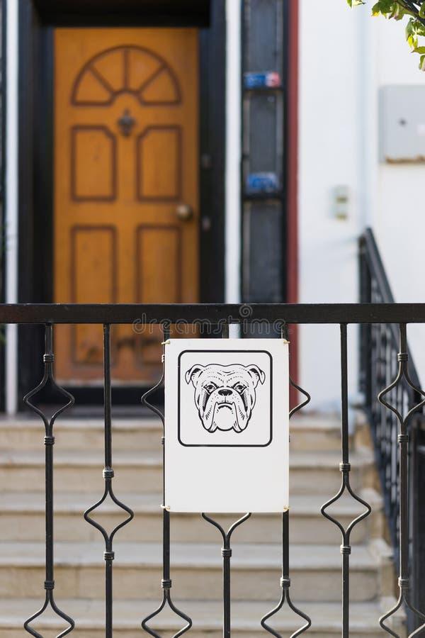 Vorsicht, bissiger Hund lizenzfreie stockbilder