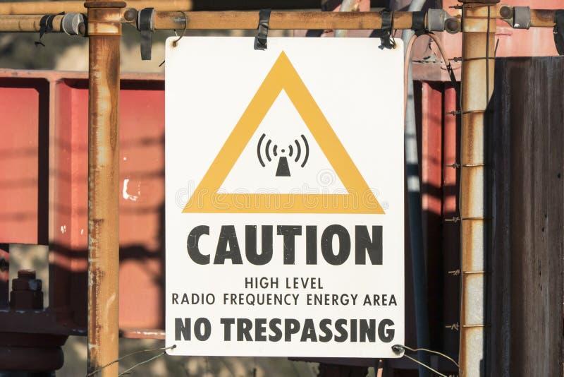 Vorsicht-hochrangiges Hochfrequenz-Energie-Zeichen lizenzfreies stockfoto
