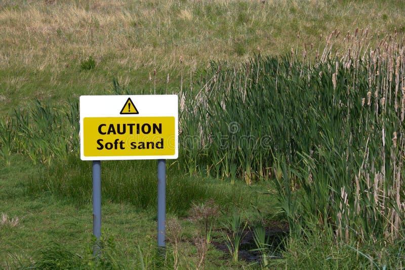 Vorsicht-weiches Sand-Zeichen an einem Strand in Schottland stockfotografie