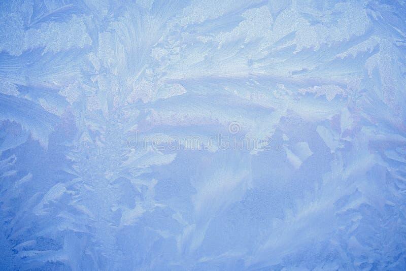 Vorst die op glazen venster, sneeuwvlokornament na ijskoude anomalie trekken stock afbeeldingen