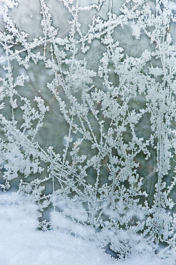 Vorst en sneeuw; patronen op de ruit. stock fotografie