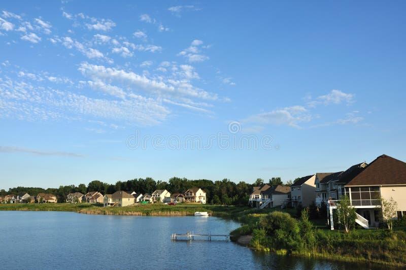 Vorstadtexecutivhäuser auf See stockbilder