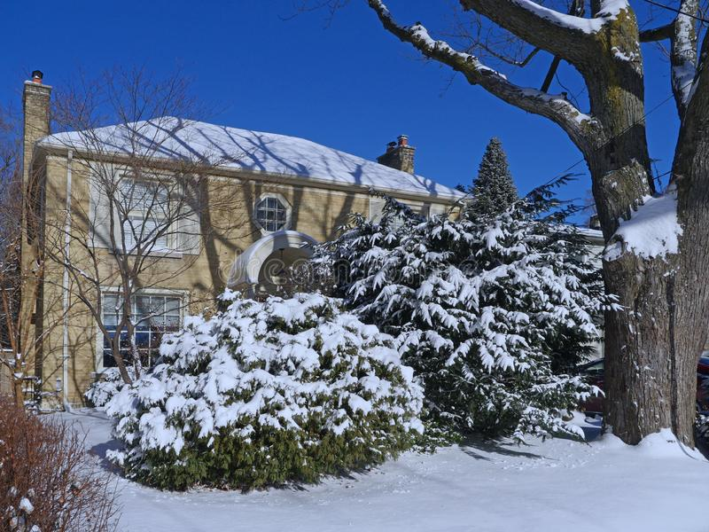 Vorstadthaus an einem sonnigen Wintertag lizenzfreie stockbilder