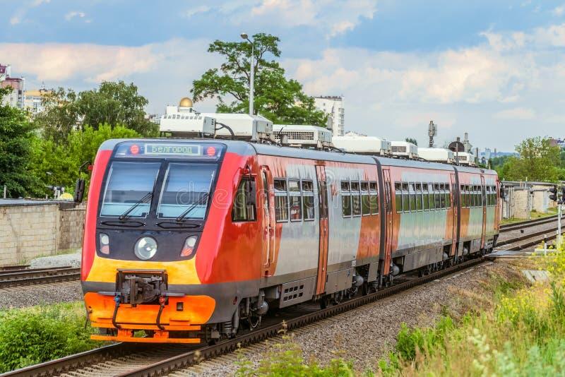 Vorstadtschienenbus RA2 auf der Eisenbahn Dieselzug von russischen Eisenbahnen RZD Belgorod, Russland lizenzfreies stockbild
