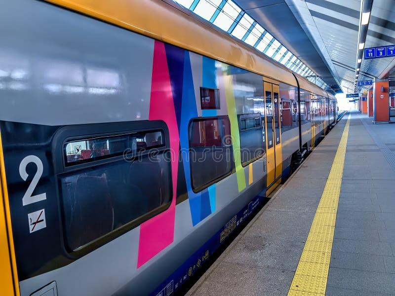 Vorstadtzug am Bahnhof stockfotografie