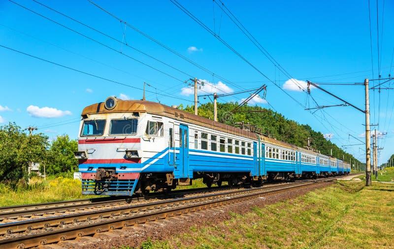 Vorstadtzug in Kiew-Region von Ukraine lizenzfreie stockbilder