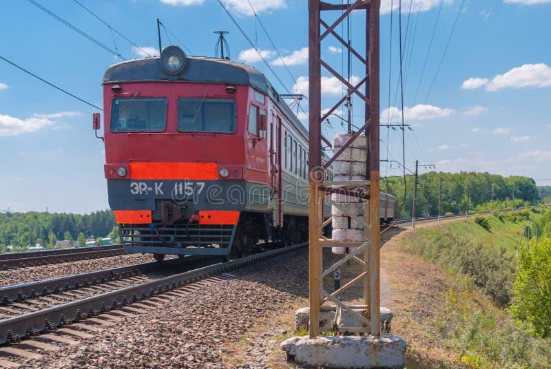 Vorstadtzug reist durch Schiene in Russland an einem sonnigen Tag stockbild