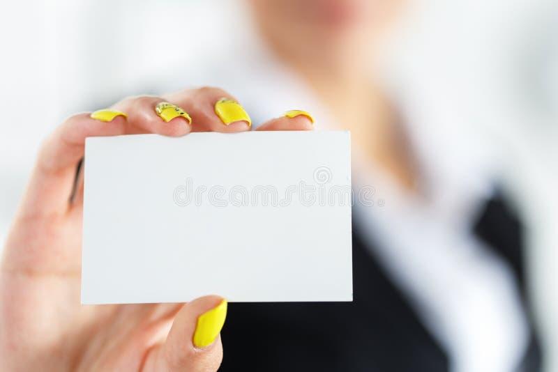 Vorstellen von Geste bei der formalen Sitzung lizenzfreies stockfoto