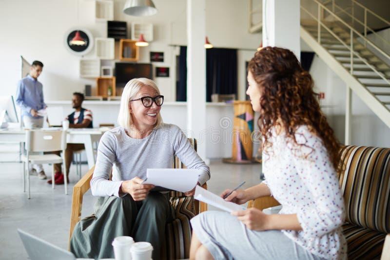 Vorstellungsgespräch mit möglichem Angestelltem lizenzfreie stockfotos