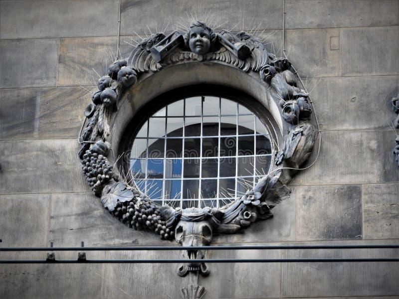 Vorzügliche Architektur von Amsterdam, von Steinfassaden und von Gestaltungselementen Reisen zu Europa lizenzfreie stockfotos