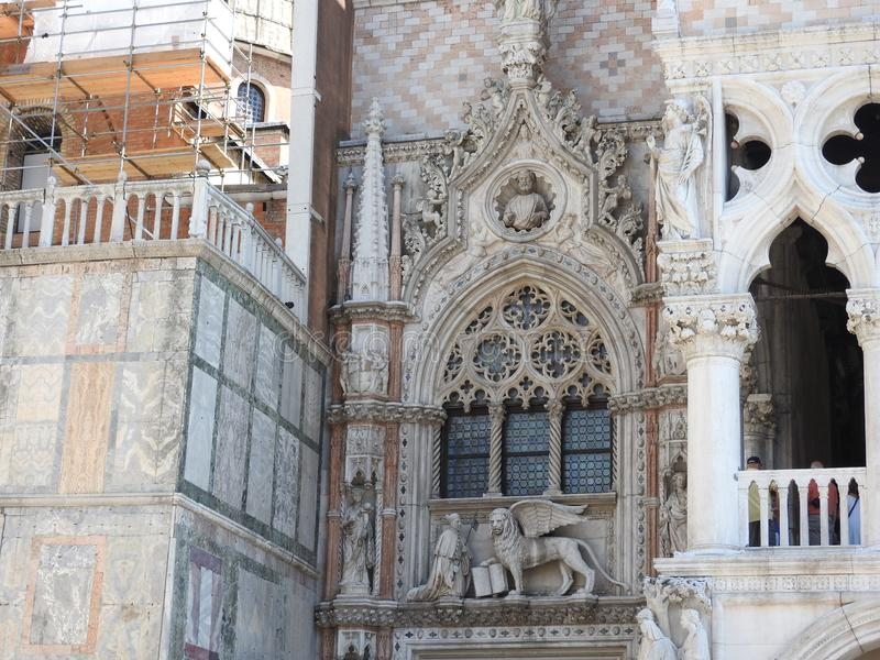 Vorzügliche historische Steinarchitektur von Venedig ungefähr von Sunny Italy stockbild