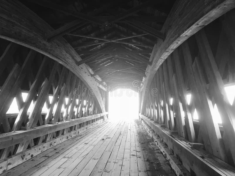 Vorzügliche künstlerische Architektur innerhalb einer überdachten Brücke - Ashtabula - OHIO lizenzfreie stockfotografie