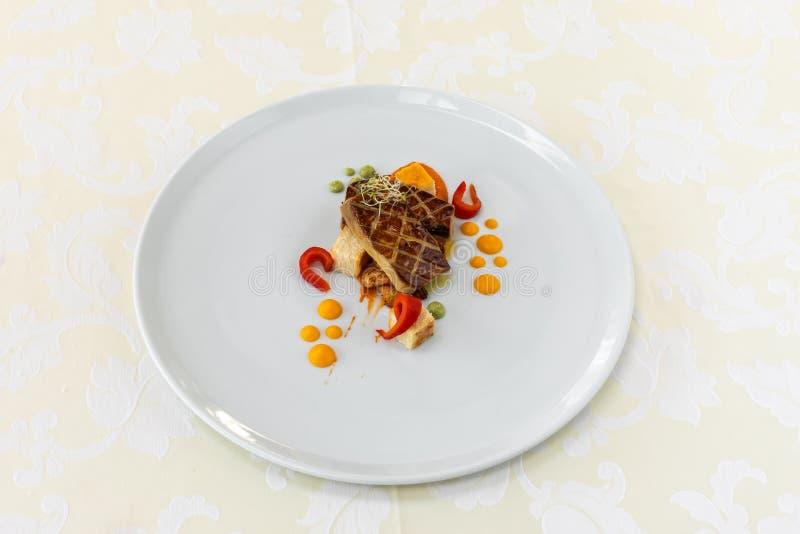 Vorzügliches Lebensmittel teller Restaurant menü ordnung Vorzüglicher Teller, kreatives Restaurantmahlzeitkonzept, Haute Couture- lizenzfreie stockfotografie