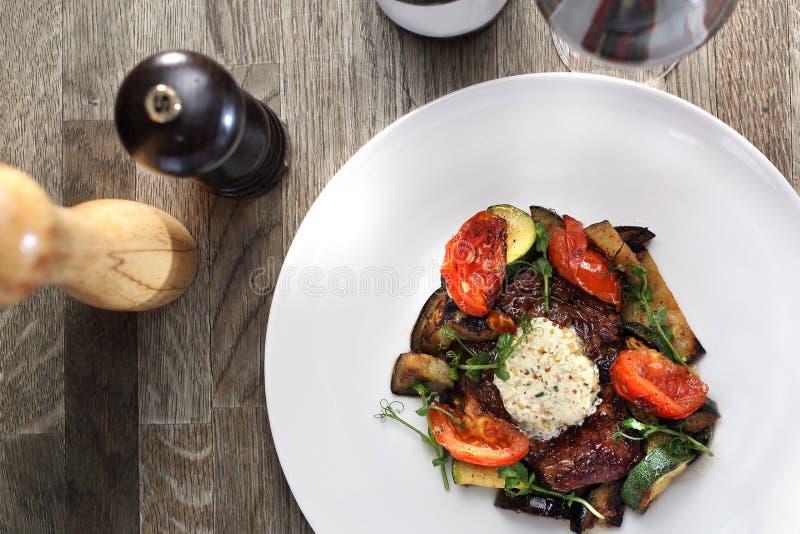 Vorz?gliches, elegantes Abendessen Rindfleischsteak mit Kr?uterbutter und gegrilltem Gem?se stockbild