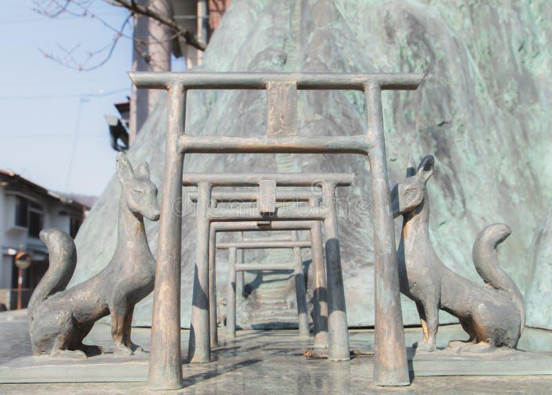 Vossen die de Torii-poort bewaken stock afbeelding