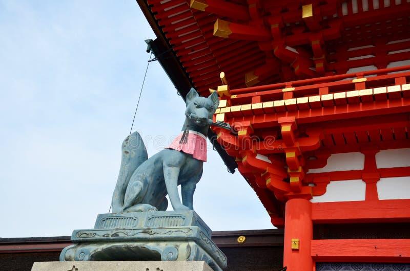 Vosstandbeeld bij taishaheiligdom van Fushimi Inari royalty-vrije stock foto