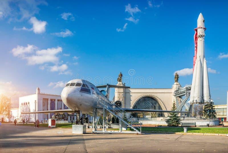 Vostokraket en jak-42 vliegtuigen royalty-vrije stock foto