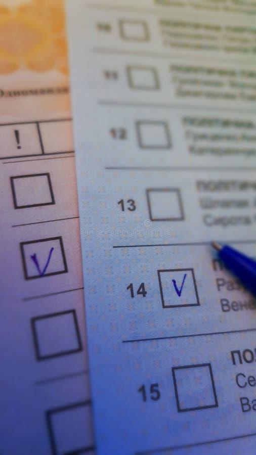 Votação na votação em papel, selecione a caixa de seleção com uma caneta azul fotos de stock