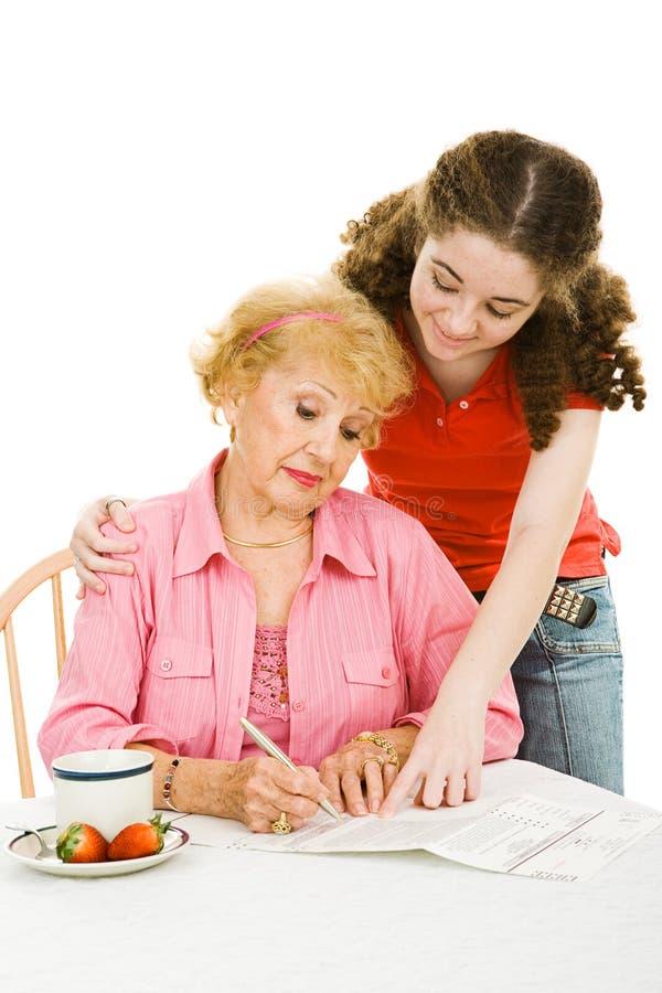 Votación - abuela de ayuda con papeleo imágenes de archivo libres de regalías