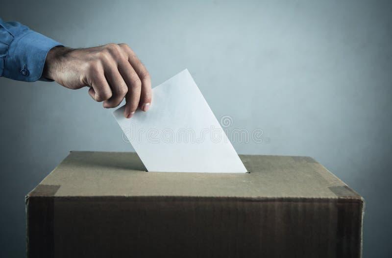 Votando all'urna Concetto di democrazia e di elezione fotografie stock