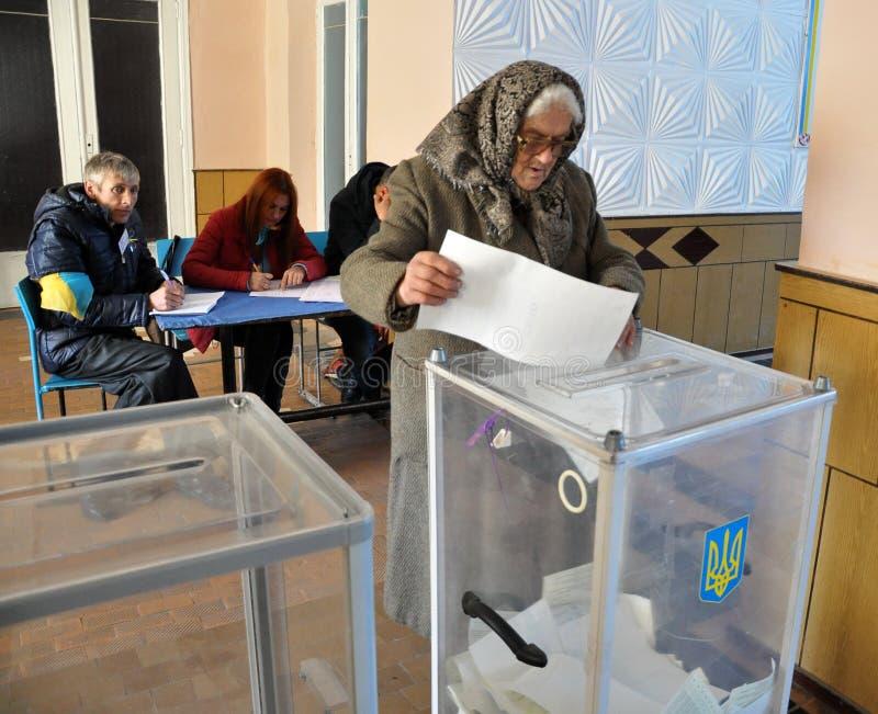 Votando nel seggio elettorale in Ucraina fotografia stock libera da diritti