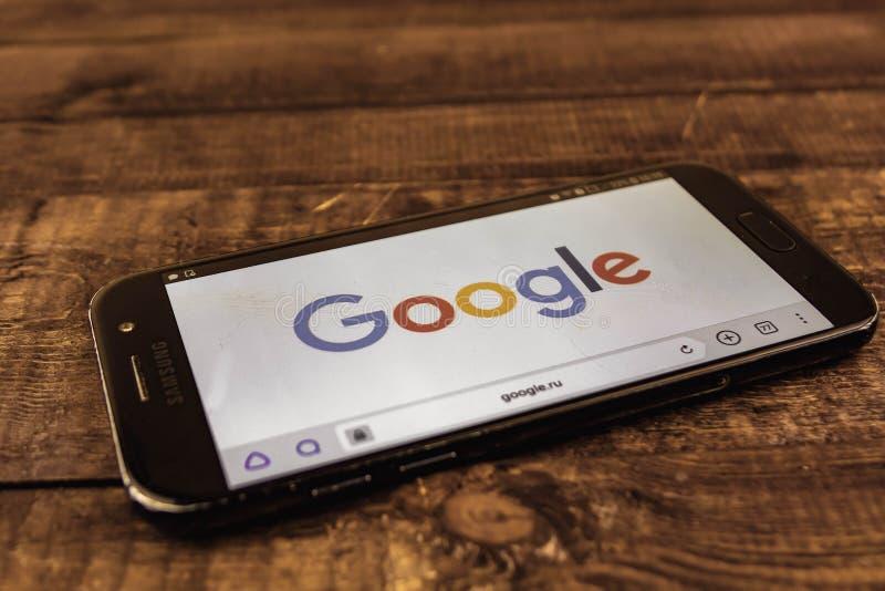 votary Federacja Rosyjska - mogą 3, 2019: Google logo na smartphone ekranie Google jest Amerykańskim technologią onlinymi usługam obrazy royalty free