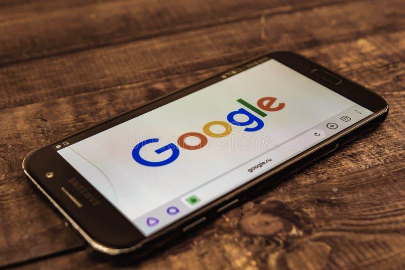 votary Federacja Rosyjska - mog? 3, 2019: Google logo na smartphone ekranie Google jest Ameryka?skim technologi? onlinymi us?ugam zdjęcia stock