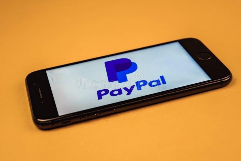 votary Rosja - mogą 5, 2019: Paypal logo na smartphone ekranie na pomarańczowym tle Paypal jest Amerykańskim onlinym zapłatą i zdjęcia stock