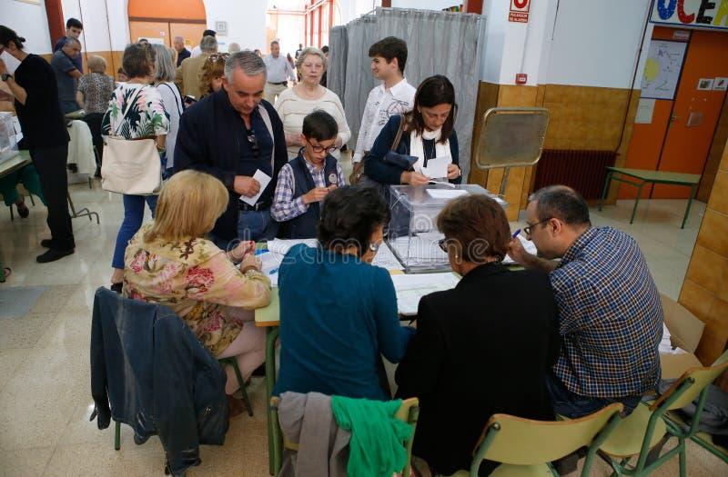 Vote au bureau de vote pendant le jour d'élections en Espagne photos stock