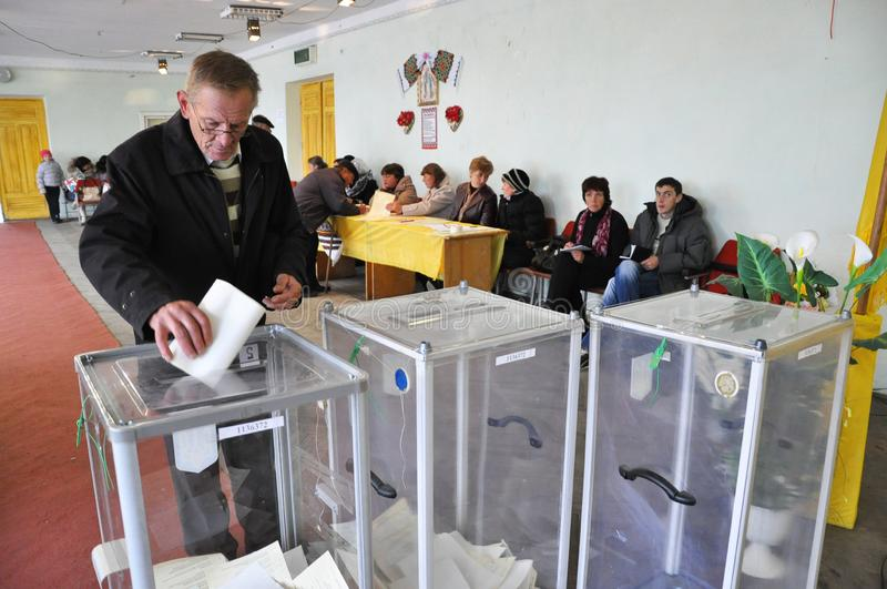 Vote dans le bureau de vote en Ukraine photo stock