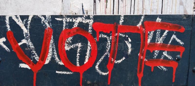 Vote, graffiti rouge de égouttement photos libres de droits