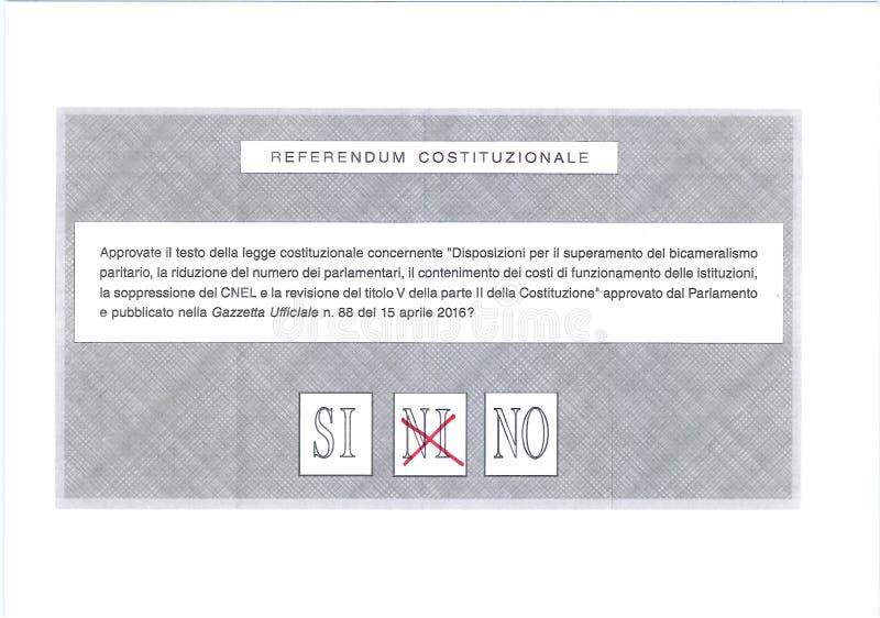 Votez PEUT-ÊTRE en rouge sur le bulletin de vote italien photographie stock