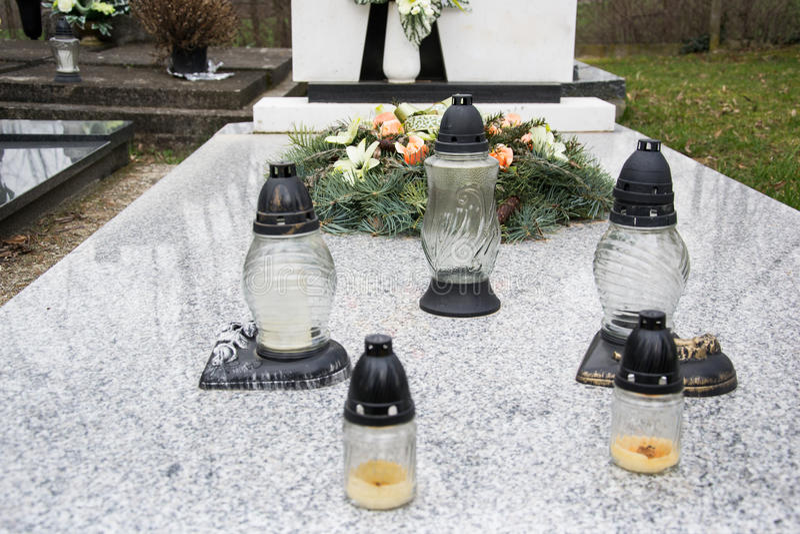 Votive свечи фонарика на могиле в кладбище словака Все Saints& x27; День Торжественность всех Святых весь канун hallows стоковые изображения