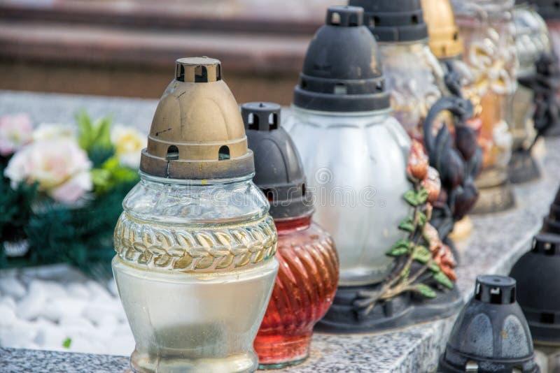 Votive свечи фонарика на могиле в кладбище словака Все Saints& x27; День Торжественность всех Святых весь канун hallows стоковое изображение rf