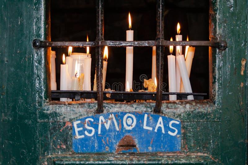 Votive kaarsen op een Post van Dwarsaka Calvary en Aalmoesdoos royalty-vrije stock fotografie
