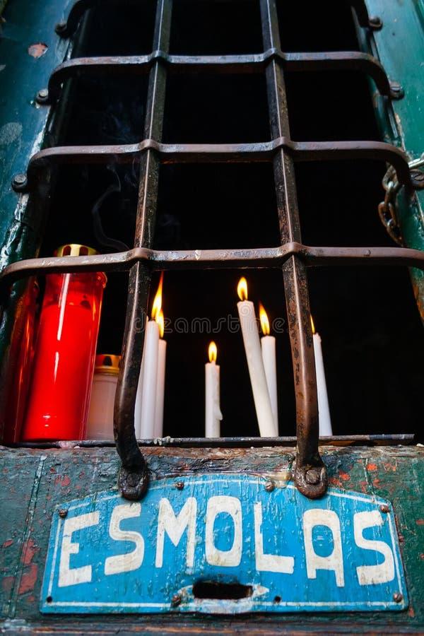 Votive kaarsen op een Post van Dwarsaka Calvary en Aalmoesdoos stock fotografie