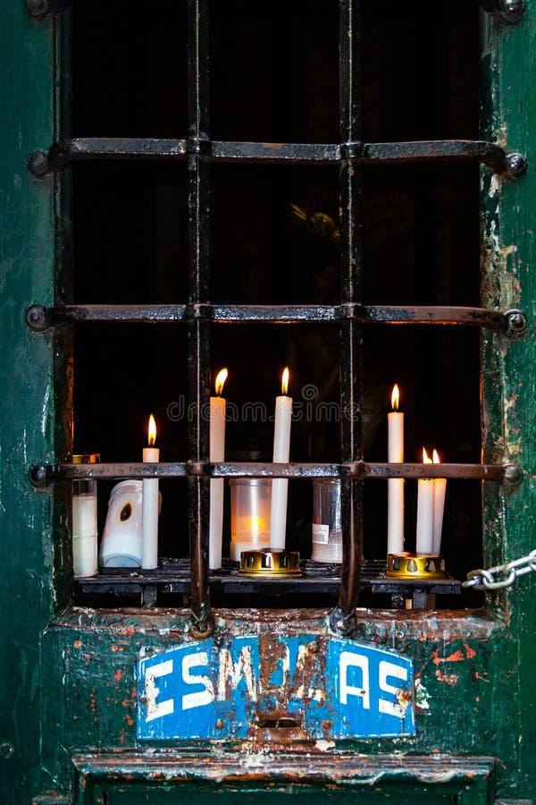 Votive kaarsen op een Post van Dwarsaka Calvary en Aalmoesdoos royalty-vrije stock foto's