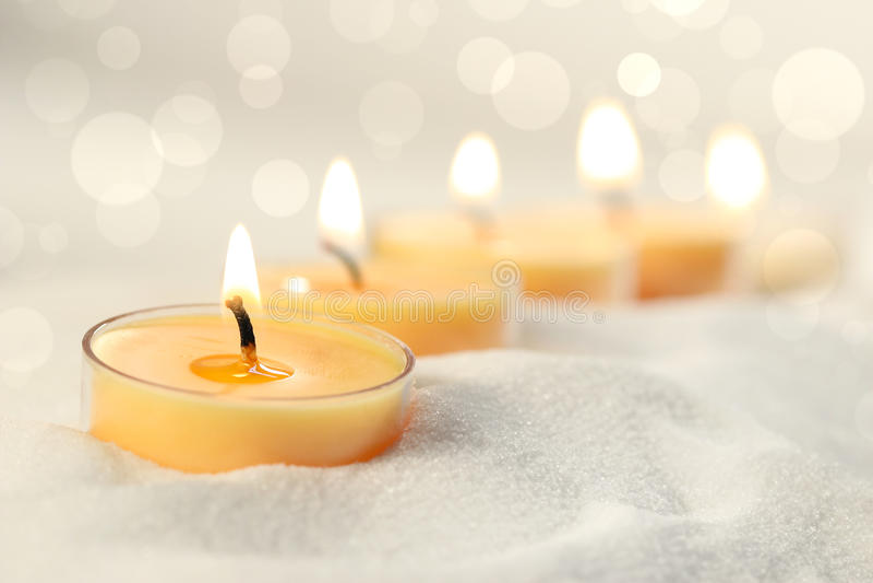 Votive Kerzen im Sand stockfotografie
