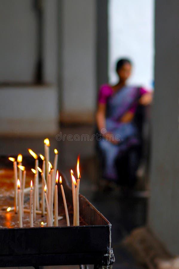 Votive stearinljus eller bönstearinljus som tänds som erbjuda till guden royaltyfria bilder