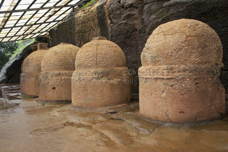 Votive stupas также вызванные как мемориальные stupas на пути выдалбливать нет 20, пещеры Bhaja, около 150 b C Район Пуна, махара стоковое изображение rf