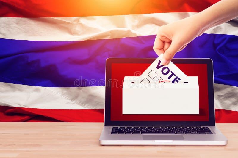 Voto en l?nea, encuesta, encuesta a pie de urna para el concepto de la elecci?n general de Tailandia mano ascendente cercana de u fotografía de archivo