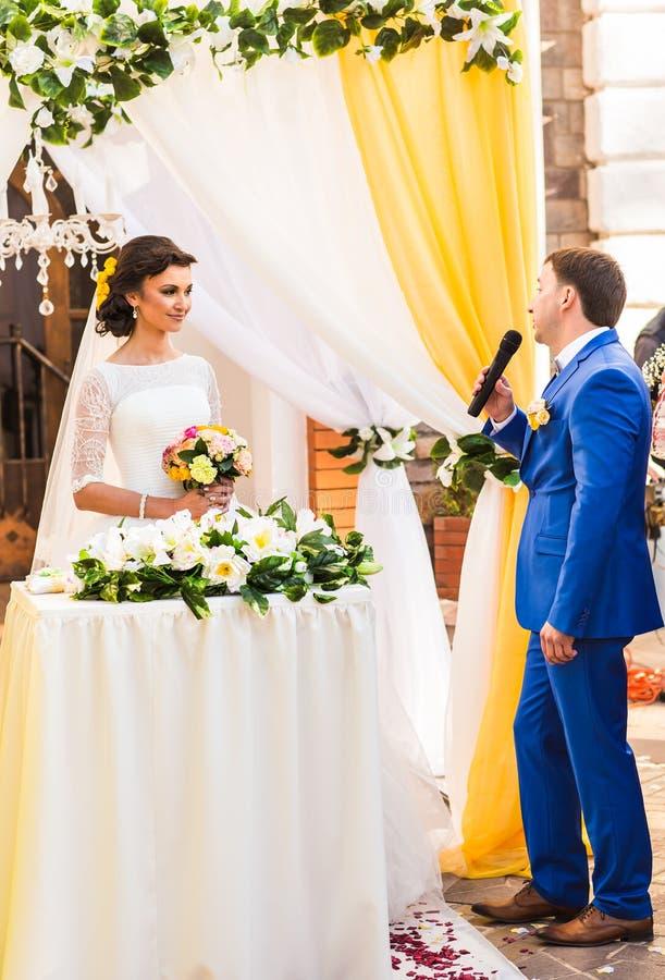 Votos de boda en la ceremonia foto de archivo libre de regalías