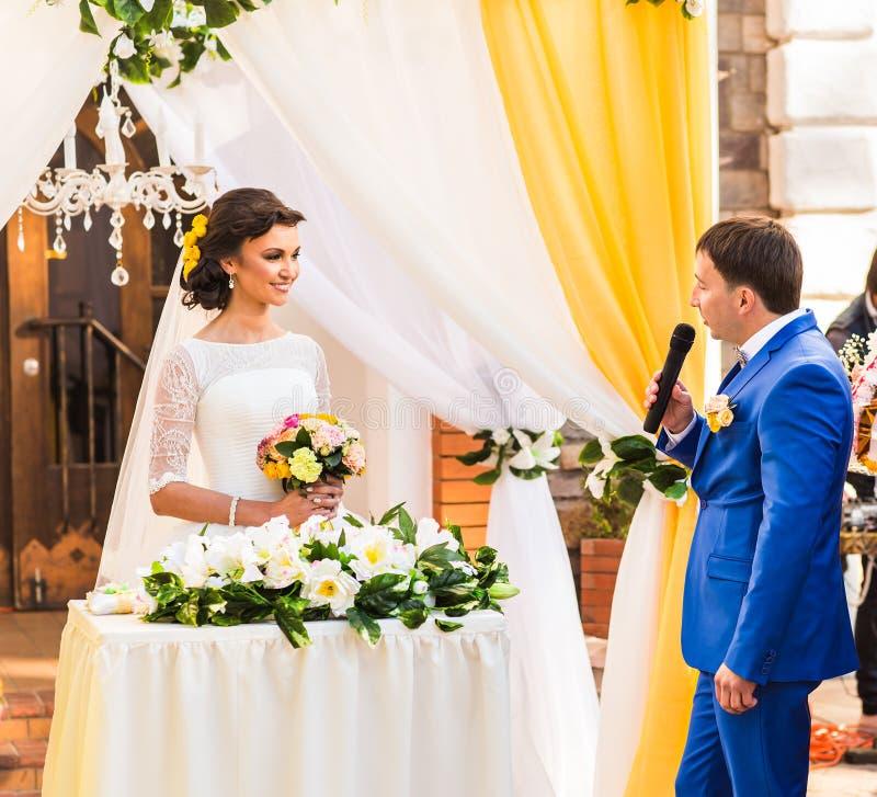 Votos de boda en la ceremonia fotos de archivo libres de regalías