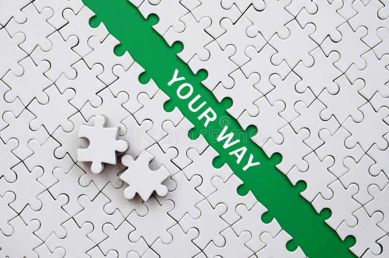 Votre voie Le chemin vert est étendu sur la plate-forme d'un pli blanc photo libre de droits