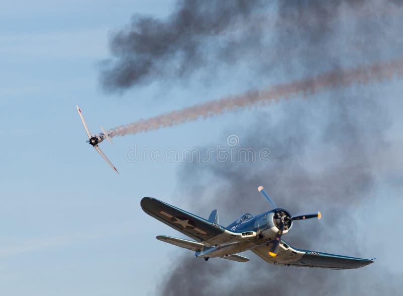 Vought F4U sjörövarekämpe i flyg- strid fotografering för bildbyråer