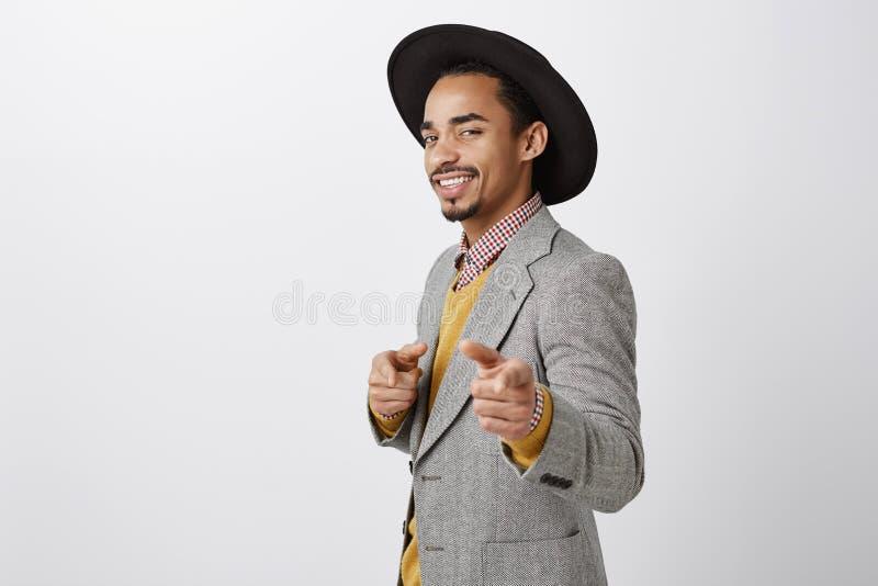 Voulez avoir de l'amusement Portrait d'homme d'affaires sûr flirty d'afro-américain dans l'équipement luxueux et le chapeau éléga photos stock