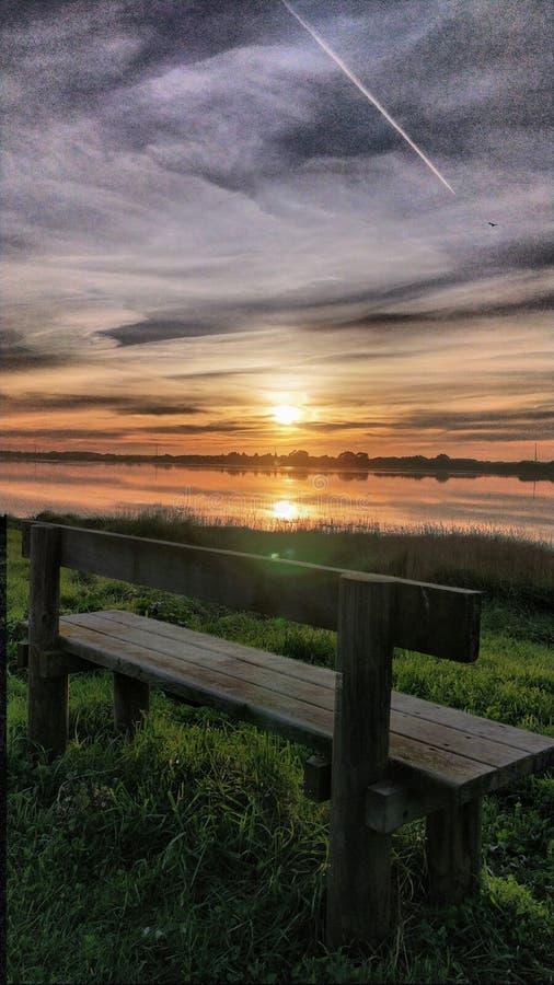 Voulez voir le coucher du soleil de ce banc ? images libres de droits