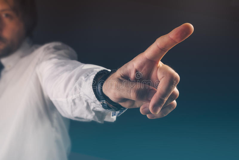 Vous êtes concept mis le feu, patron faisant des gestes le signe de main de sortie images libres de droits