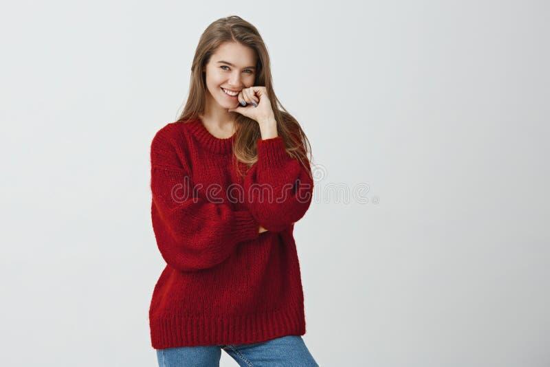 Vous avez attrapé mon attention Le studio a tiré du collègue féminin attirant positif dans le chandail lâche à la mode tenant le  photos stock